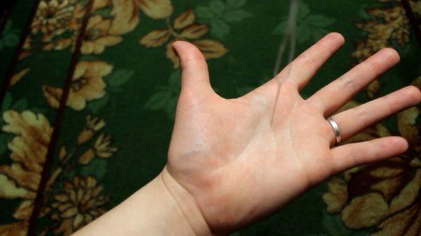 Гадание с иглой и нитью над рукой