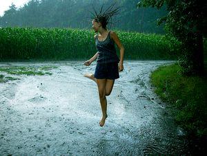 Бежать под проливным дождем