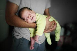 Держать дитя на руках во сне