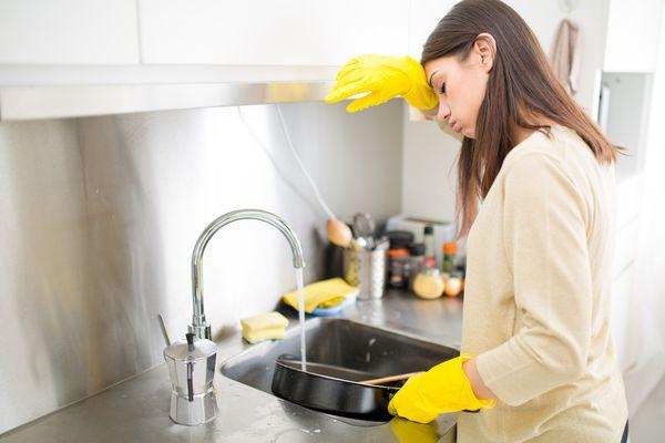 Мыть посуду для женщины