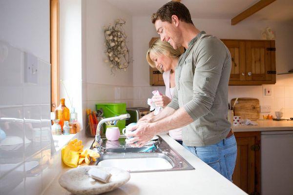 Мыть посуду вместе