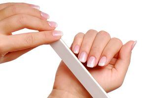 Пилить ногти