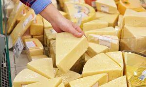 Покупка сыра в магазине