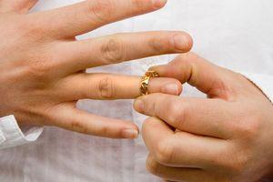Пытаются снять обручальное кольцо с мужа во сне