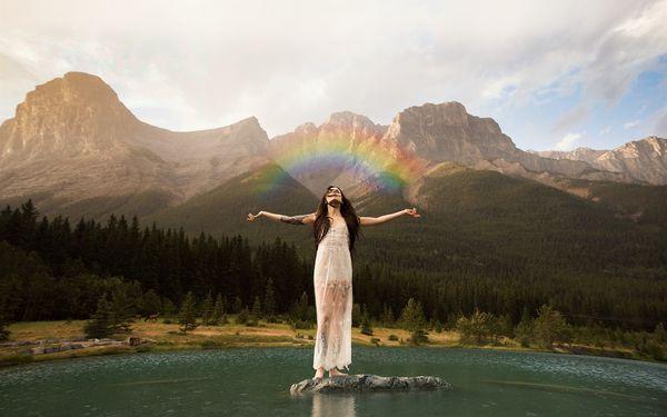 Видеть радугу женщине