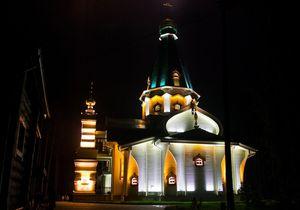 Ярко освещенная церковь