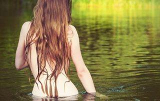 купание девушки в праздник