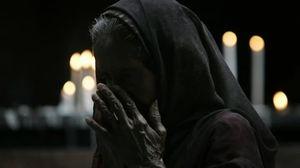 мама молится за сына