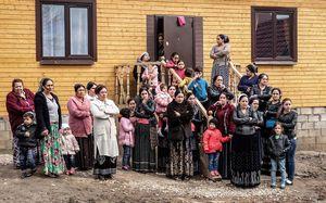много цыган на улице