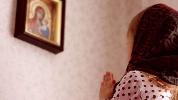 молится дома