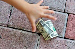 найти бумажные деньги на улице