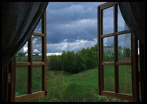 открытое окно в доме