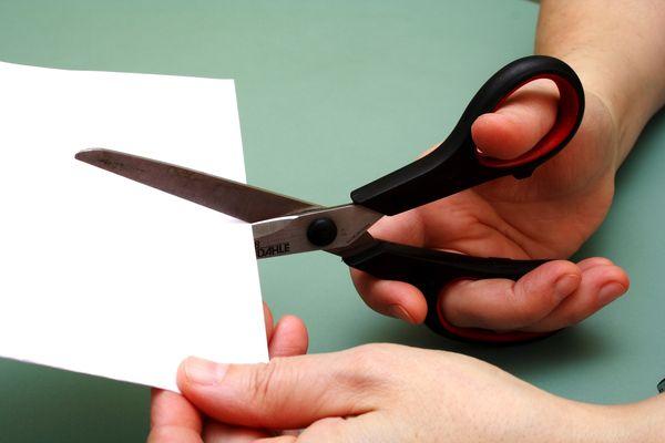 порезаться ножницами