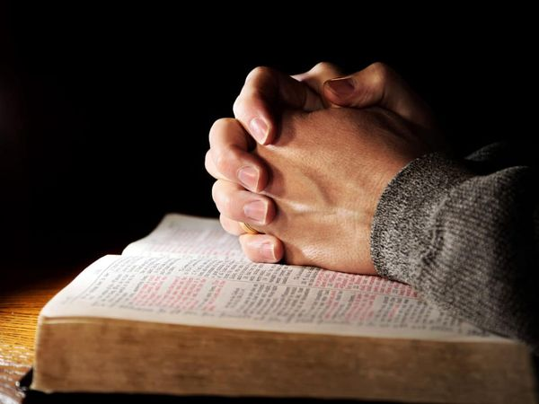 руки замком на библии