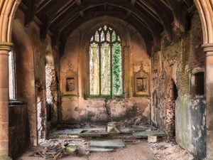 сломанная церковь