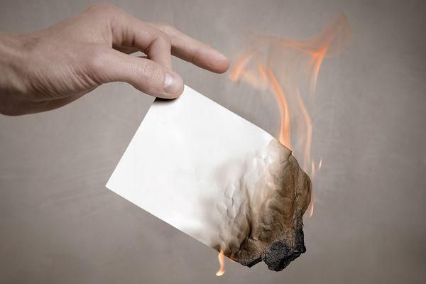 сжигание листа бумаги