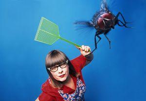 выгонять мух