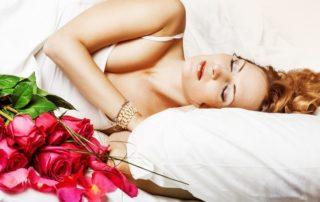 женщина спит с розами